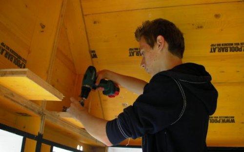 Leonhard montiert den Beamer