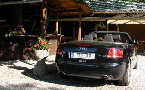 Das Cabrio stellt ein echter Kärntner gleich mitten im Gastgarten ab. Trinkt eh nur ein Achterl.